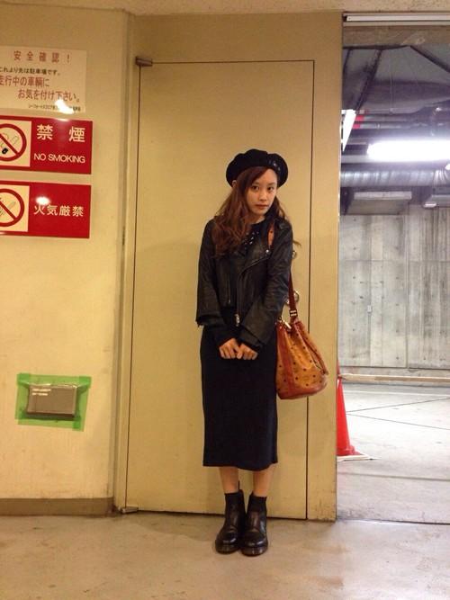 黒いジャケットに黒いスカート、黒いベレー帽を合わせる私服の高橋愛